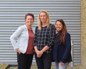 Officemanagers Linda (l) en Jantina (r) met de trotse Henny (m).